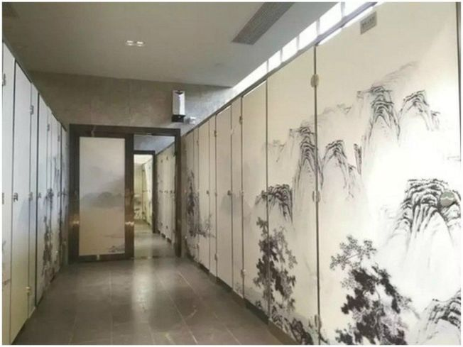 新公廁的廁所門以連貫的山水畫裝飾,有活動門可調節男女廁間數。圖/取自網路