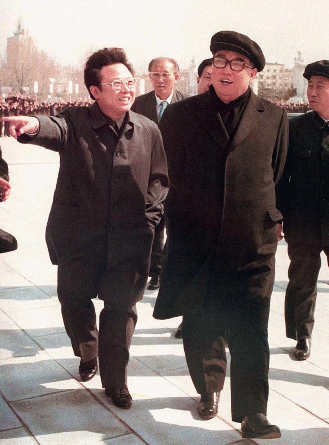 1981年北韓領導人金日成(右)與兒子金正日一起散步。美聯社