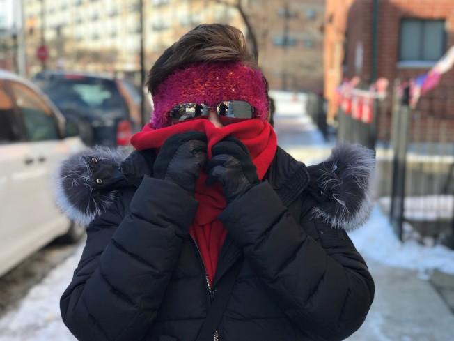 這幾天出門的芝加哥民眾,搬出所有禦寒衣物防寒。(特派員黃惠玲/攝影)
