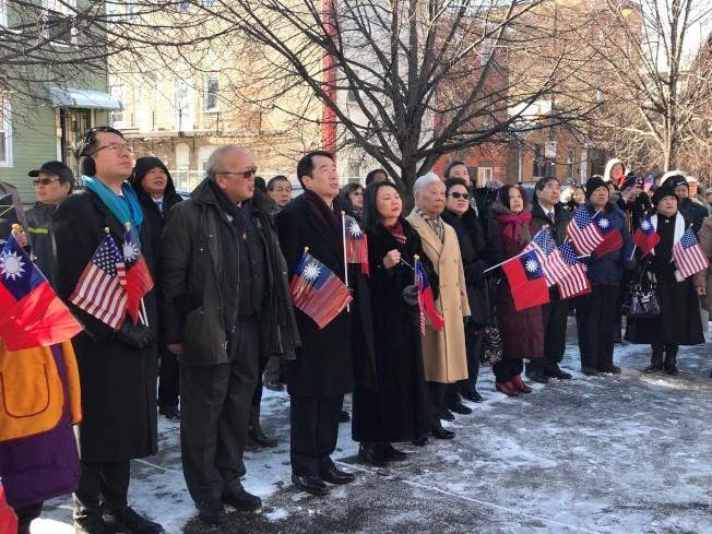 頂著華氏零下約五度的超低溫,參加芝加哥元旦升旗典禮的人士,在國旗上升時,還脫帽致敬。(特派員黃惠玲/攝影)
