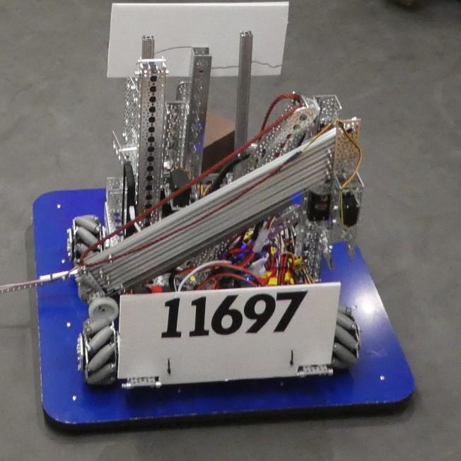 由華裔隊員設計、編程、打造的機器人。(王強提供)