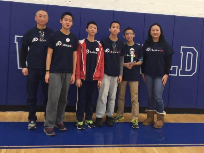 左起:教練王強、隊員王伯凱、陳思學、王仲凱、沈睿洋、王琬玉。(王強提供)