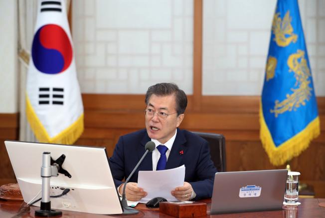 南韓總統文在寅2日在內閣會議指示相關部會,盡速擬定方案讓兩韓早日恢復會談。(美聯社)
