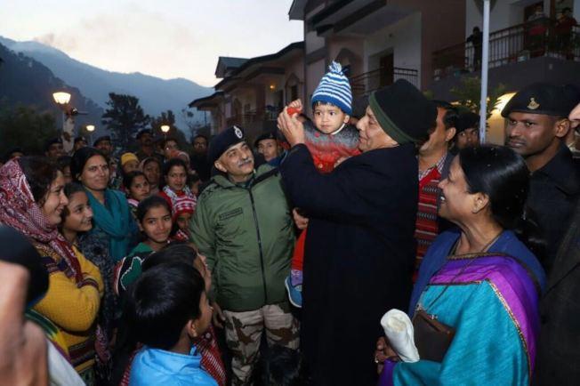 印度內政部長辛格(抱小孩者)日前到中印邊境視察,到達營地時獲大批民眾歡迎。(取材自辛格官方Twitter)