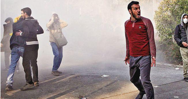 伊朗示威者無懼催淚彈,繼續挑釁警方。 (美聯社)