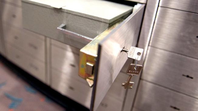 銀行保險箱租用協議,明確規定禁止存放現金,似乎為調查力度和結果做了鋪墊。(美聯社)