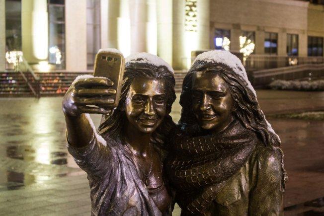 糖城市政府PO出銅像被少量雪覆蓋的照片。(取自糖城市政府推特)