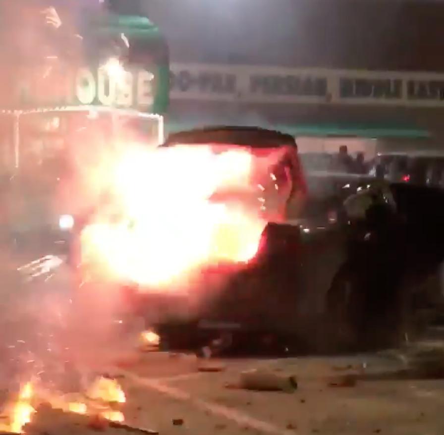 滿載煙火及爆竹的汽車後車廂遭人無故點燃,案發現場火星四濺。(取自Jonathan Garza臉書)