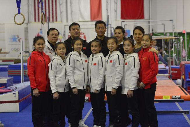 中國女子體操隊夏樂交流訓練小分隊全體成員與韓琦(後排中)、陳怡文(後排右2)夫婦合影。(記者王政賢/攝影)