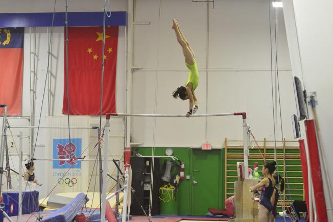 中國小運動員進行單槓訓練。(記者王政賢/攝影)