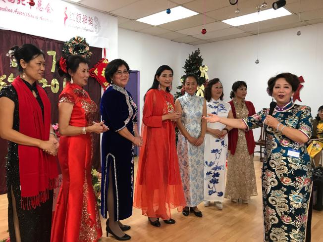 中國旗袍協會北卡總會會長黃莉清(右)一一介紹該會常委。(記者王明心/攝影)