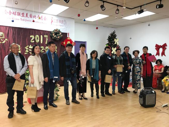 協會致贈每位嘉賓一條圍巾,以表該會溫暖的謝意和新年祝福。(記者王明心/攝影)