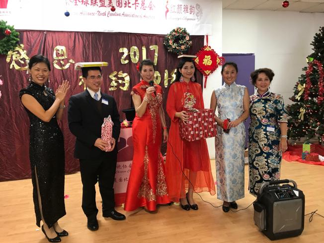 李秀曼(右三)和程燦東(左二)獲得頂書儀態訓練遊戲的前二名。(記者王明心/攝影)