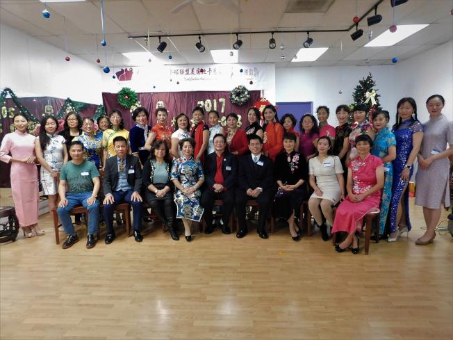 中國旗袍協會北卡總會和分會的部分會員與年會嘉賓合影。(記者王明心/攝影)