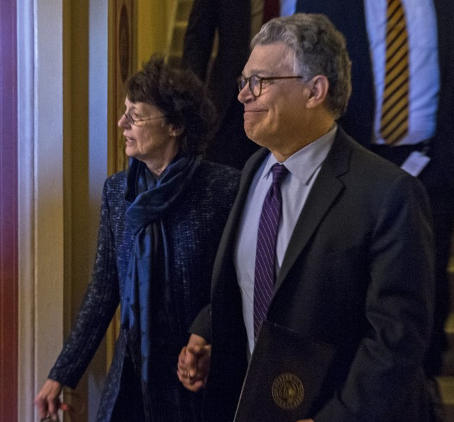 國會3日復會,2日也是明尼蘇達州參議員法蘭肯(右)擔任國會參議員的最後一天。由於涉及性醜聞案,他主動辭去參議員職務。(歐新社)