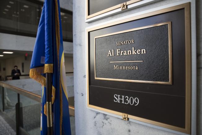 國會3日復會,2日也是明尼蘇達州參議員法蘭肯擔任國會參議員的最後一天。圖為法蘭克辦公室的名牌。(美聯社)