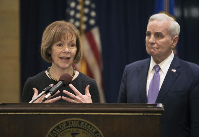 明州州長達頓(右)任命副州長史密斯接替法蘭肯,擔任國會參議員。(美聯社)