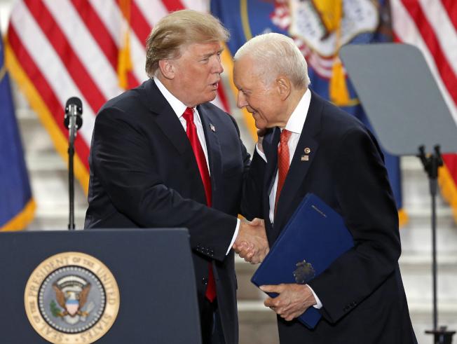 任職40年的猶他州國會參議員哈契(右)將退休,圖為去年12月初他陪同川普總統到猶他州鹽湖城。(美聯社)