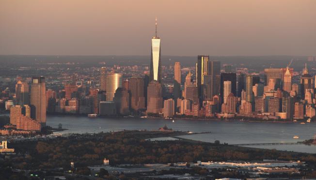新澤西及紐約都會區人口外移嚴重,圖為從新州遙望紐約曼哈頓天際線。(美聯社)