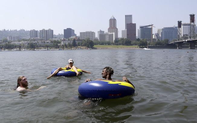 波特蘭市人口增加很快,圖為波特蘭居民夏季戲水。(美聯社)