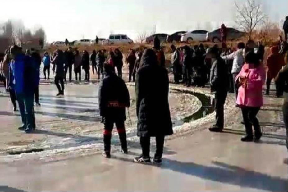 不少人踏上會自己轉動的冰圈,發現冰圈十分穩固。(取材自微博)