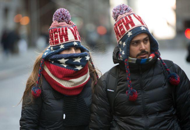 紐約街頭行人戴著新年裝飾迎接酷寒。(Getty Images)