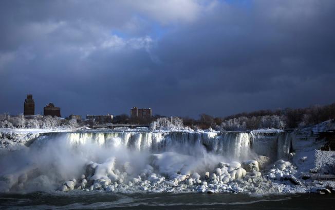美北和美東酷寒,圖為美加邊界的尼加拉大瀑布出現「冰瀑」與奔瀑共流奇觀。(美聯社)