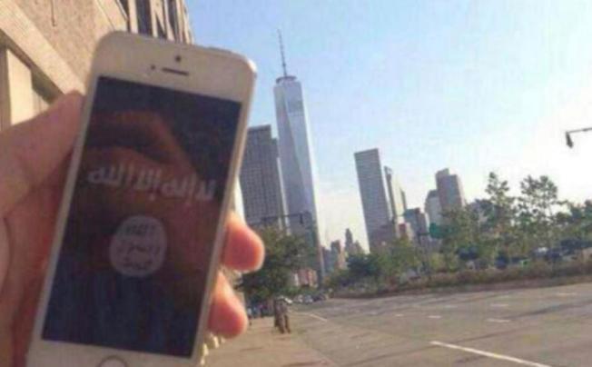 一張在曼哈頓西街拍攝的照片,畫面中可以看到新建後的世貿大樓,拍攝者的手機中呈現一面IS旗幟。(取自網路)