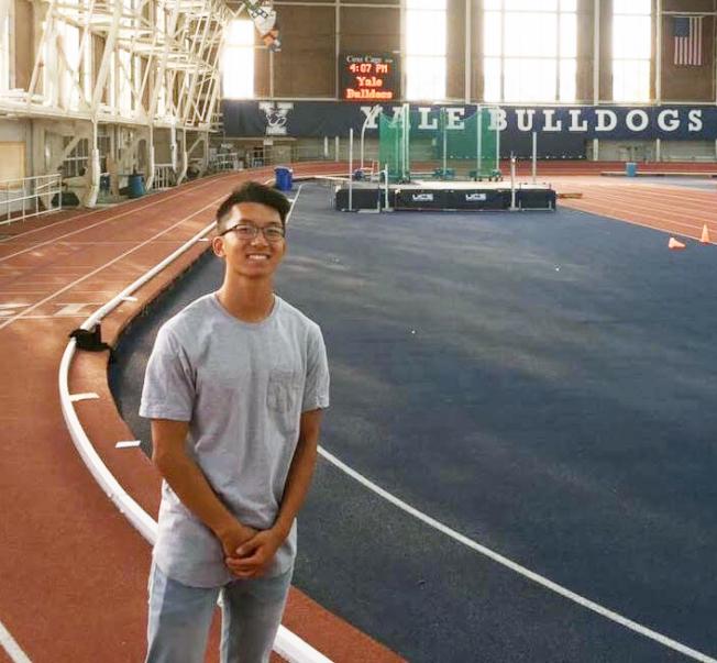 擅長田徑運動的荆大西參觀耶魯大學田徑場跑道,有志加入耶魯田徑隊。(荆大西提供)