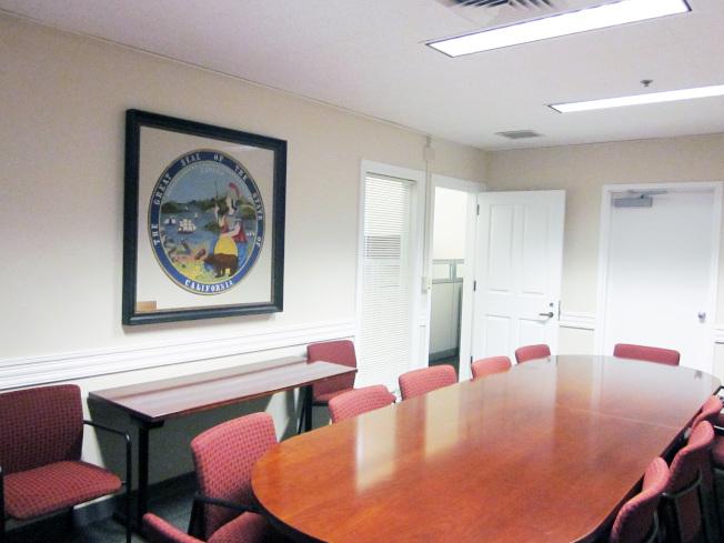 圖: 史丹福大學社會科學研究所余江月桂會議廳,牆上掛著余江月桂捐贈的加州州徽掛毯。(史丹福大學提供)