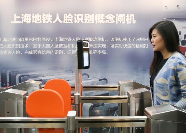 語音購票、刷臉進站等多項技術將逐步應用於中國地鐵。左圖為工作人員在上海體驗刷臉進站技術。(新華社)