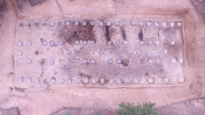 東夏國官倉發掘後的全景。(取材自新華網)