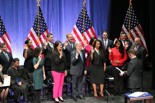 波士頓市議員在市長偉殊的帶領下宣誓就職。(記者劉晨懿之/攝影)
