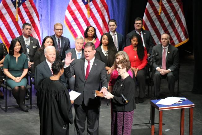 波士頓市長偉殊在眾人的見證下宣誓就職連任。(記者劉晨懿之/攝影)