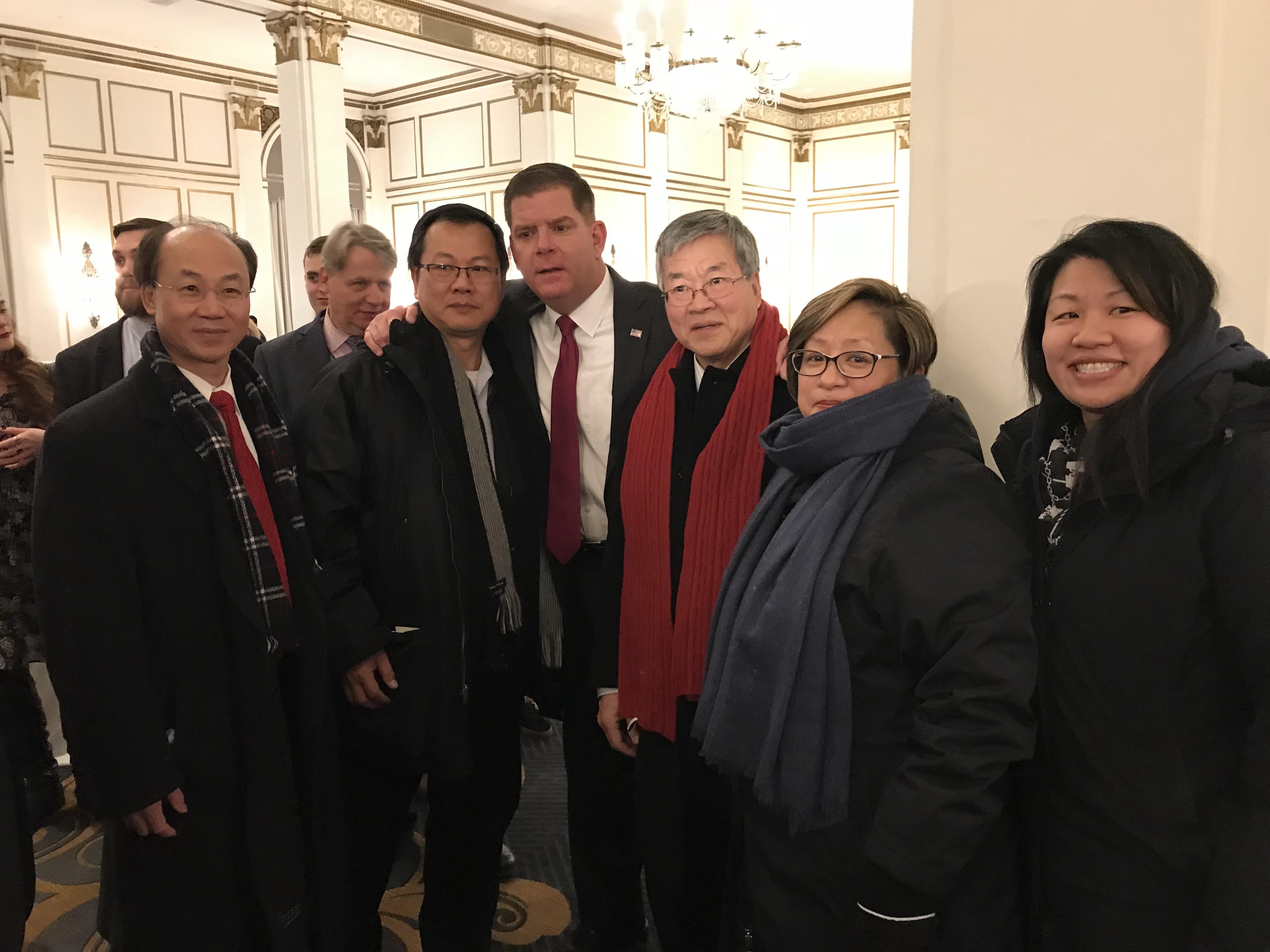 波士頓市長偉殊舉辦宣誓就職慶祝活動,與部分到場華人合影。(記者俞國梁/攝影)