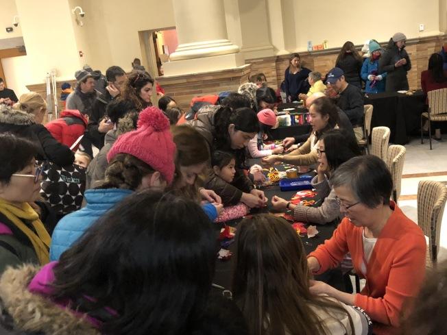 大波士頓中華文化協會志願者在波士頓第一夜活動上教手工藝製作,十分受歡迎。(記者劉晨懿之/攝影)