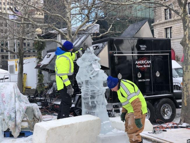 冰雕師為波士頓第一夜現場製作冰雕。(記者劉晨懿之/攝影)
