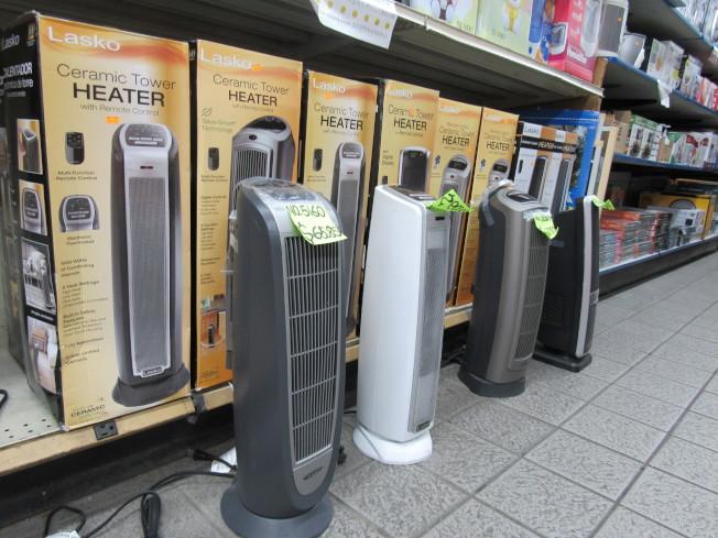 電器行銷售員工表示,Lasko電暖器在該店銷售最好。(記者顏嘉瑩/攝影)