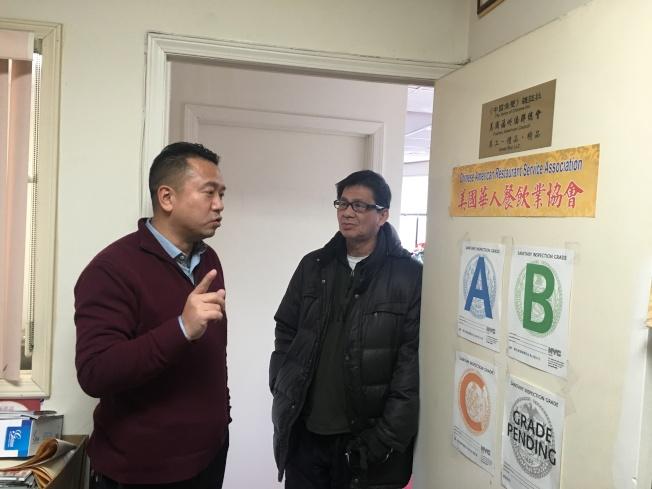 電動車禁令生效,華裔外賣郎向陳鍵榕(左)求助。(圖:陳鍵榕提供)