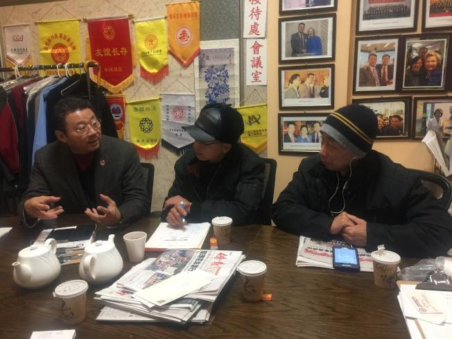 陳善莊(左)、連德清(右)、劉利強(中)商量,接下來如何爭取電單車合法的行動計畫。(記者黃伊奕/攝影)