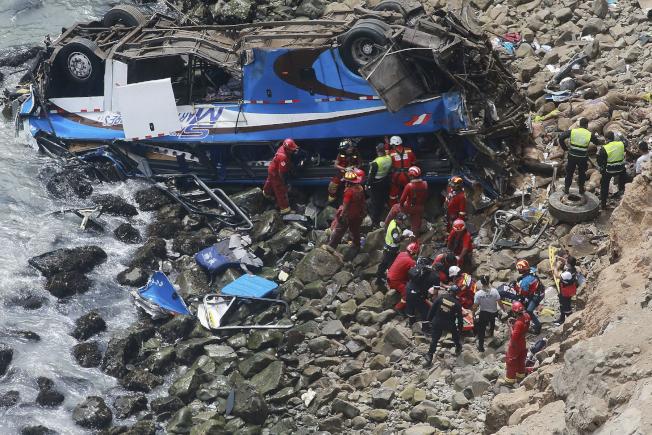 秘魯搜救人員試圖將巴士乘客運出魔鬼彎下的巴士翻覆地點。這輛跨省巴士於2日正午左右墜崖翻覆,造成至少48人死亡。美聯