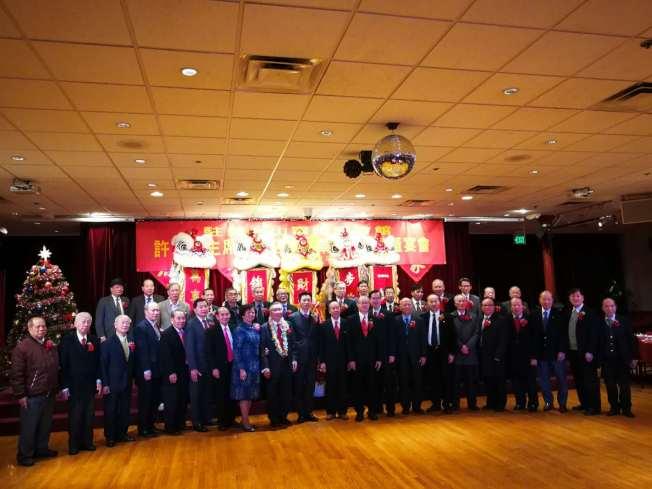 中國駐舊金山代總領事查立友(左十)、中華總會館新任總董許可立(左九)與中華總會館部分主席團成員、商董、主要來賓合影。(記者黃少華/攝影)
