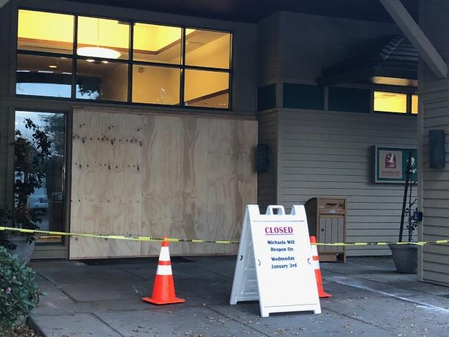 位於山景城的Michaels at Shoreline餐廳被人破壞玻璃門,並取走自動提款機,目前警方正在循線追查中。(記者林亞歆/攝影)