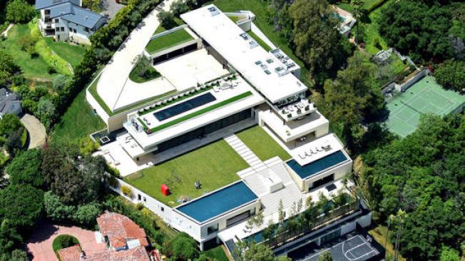 饒舌歌手Jay-Z與碧昂絲位於貝萊爾的新屋有3萬平方呎生活空間,四個戶外游泳池和健康中心。 (洛杉磯時報/Splash News)
