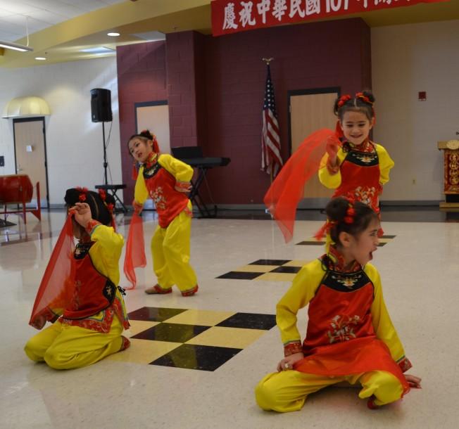 費郡舞蹈學院精彩的民族舞。(特派員許惠敏/攝影)