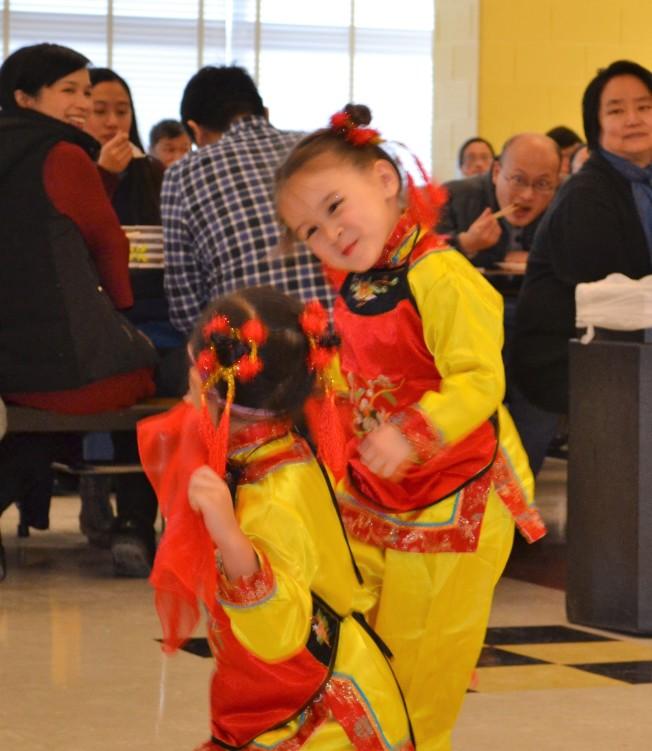 徐恩田(右)和劉艾綾在元旦團拜後演出,俏皮而充滿年味的舞蹈,非常討喜吸睛。(特派員許惠敏/攝影)