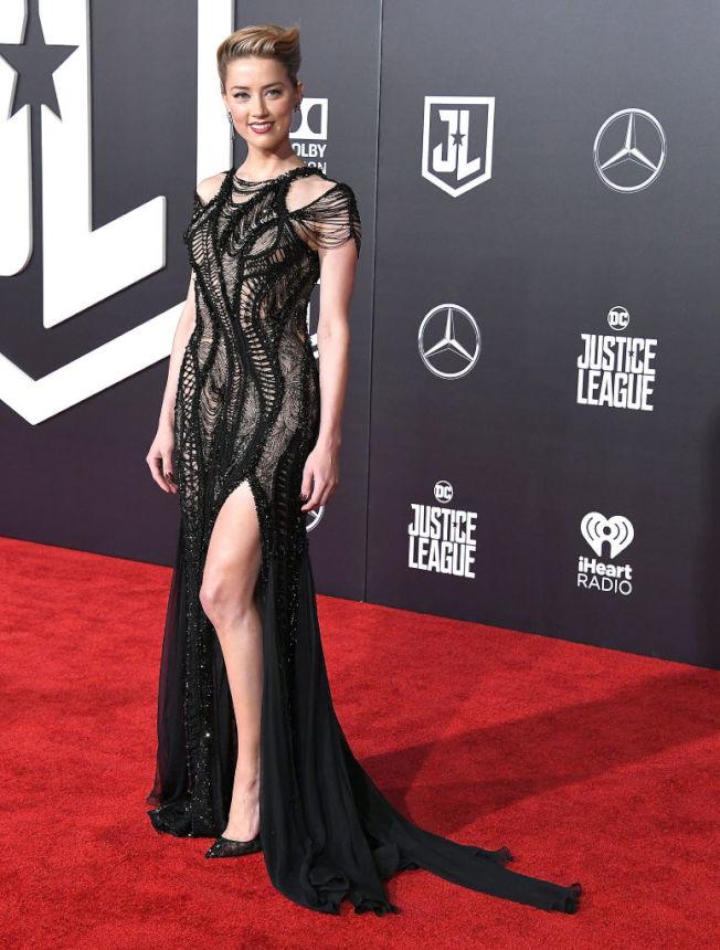 好萊塢女星安柏赫德傳與特斯拉執行長馬斯克復合。(圖:Versace提供)