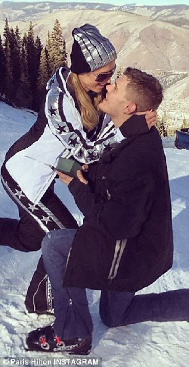 芭莉絲希爾頓開心接受求婚,摟住克里斯塞爾卡。(取材自Instagram)