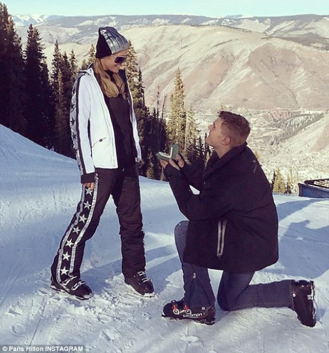 克里斯塞爾卡在雪地中單膝下跪,向芭莉絲希爾頓求婚。(取材自Instagram)