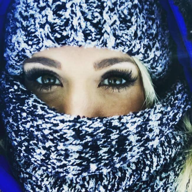 美國「鄉村天后」凱莉安德伍日前在Instagram上傳近照,以帽子和圍巾遮臉,臉部隱約可看到傷疤。(取材自Instagram)